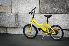 Vélo jaune Images stock