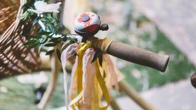 Vélo jaune de vintage avec des rubans sur les guidons Vélo de vintage dans le style de boho à un festival pour des hippies Orient Photos stock