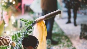 Vélo jaune de vintage avec des rubans sur les guidons Vélo de vintage dans le style de boho à un festival pour des hippies Orient Photographie stock