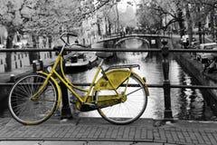 Vélo jaune isolé à Amsterdam photographie stock libre de droits
