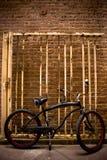Vélo neuf, vieille porte image libre de droits