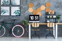 Vélo noir dans l'espace de travail Images libres de droits