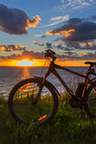 Vélo par la rivière dans le coucher de soleil La Sibérie, Russie Photos libres de droits