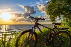 Vélo par la rivière dans le coucher de soleil La Sibérie, Russie Images libres de droits