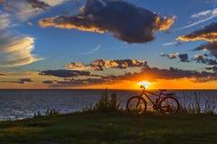 Vélo par la rivière dans le coucher de soleil La Sibérie, Russie Image stock
