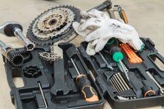 Vélo réparant les pièces de rechange et la boîte d'outils Photographie stock libre de droits