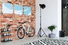 Vélo se tenant contre le mur de briques image stock