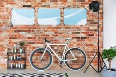 Vélo se tenant contre le mur de briques photos stock