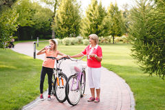 Vélo supérieur actif d'équitation de femme en parc Photos stock