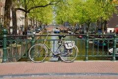 Vélo sur l'anneau de canal, Amsterdam Image stock