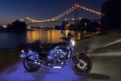 Vélo sur la façade d'une rivière Photo stock