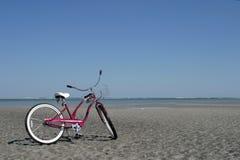 Vélo sur la plage Images stock