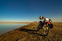 Vélo sur le bord de la mer photos stock