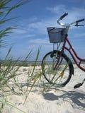 Vélo sur une plage Images stock