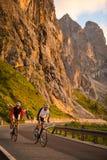 Vélo vers le haut par coucher du soleil - lever de soleil Photo libre de droits