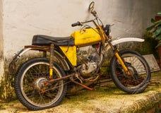 Vélomoteur abandonné et rouillé de jaune Images libres de droits