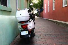 Vélomoteur dans une ruelle Images libres de droits