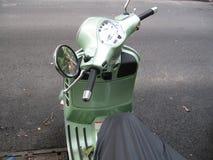 Vélomoteur vert Photos libres de droits