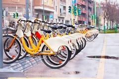 Vélos à louer photo libre de droits