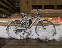 Vélos à Toronto la nuit avec la neige sur eux Photo libre de droits