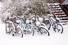 Vélos après la tempête de neige. Photo libre de droits