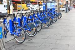 Vélos bleus de poussée Photo libre de droits