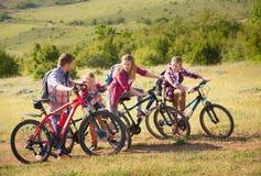 Vélos d'équitation de famille dans les montagnes Image libre de droits