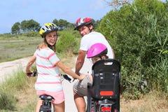 Vélos d'équitation de famille et visite touristique Photos libres de droits