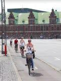 Vélos d'équitation de gens image stock