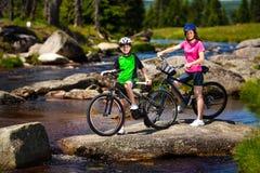 Faire du vélo actif de personnes Photo libre de droits