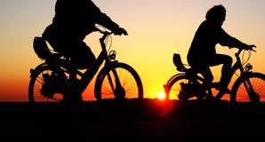 Vélos dans le coucher du soleil Photo libre de droits