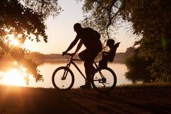 Vélos de famille - père et fils photographie stock libre de droits