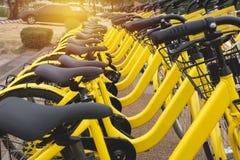 Vélos de location à urbain Bicyclette partagée de public de bicyclette Images libres de droits