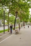 Vélos de monte de personnes et marche pendant le matin au travail en Di Images stock