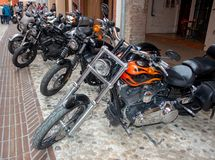 Vélos de motos de cru et voitures de sport superbes photos libres de droits