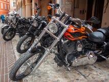 Vélos de motos de cru et voitures de sport superbes photographie stock libre de droits