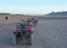 Vélos de quadruple dans le désert Égypte 05 02 2017 éditorial Image libre de droits
