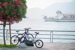 Vélos et bateaux dans le village de montagne Photo stock