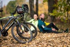 Vélos et couples des cyclistes en parc images libres de droits