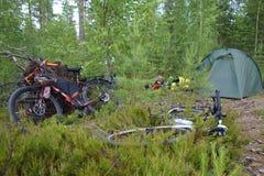 Vélos et matériel de camping d'emballage de vélo images libres de droits