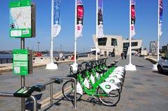 Vélos et Pier Head de ville de Liverpool Photos stock