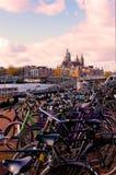 Vélos garés à Amsterdam photographie stock libre de droits