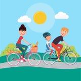 Vélos heureux d'équitation de famille Femme sur la bicyclette Photo stock