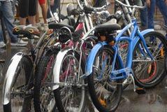 Vélos modernes extérieurs en journal d'Afisha de piknik de festival d'air ouvert, 2013 ans Photographie stock libre de droits