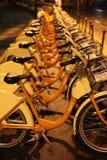 Vélos pour le loyer la nuit Photos libres de droits