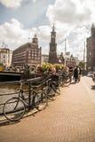 Vélos près des voies d'eau d'Amsterdam Image libre de droits