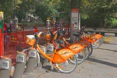 Vélos publics pour le loyer dans la vieille ville de Vilnius, Lithuanie photo stock
