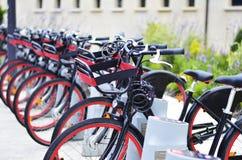 Vélos rouges noirs alignés sur la rue de Galway Irlande Photos libres de droits