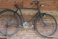 Vélos sur le mur, version 1 images stock
