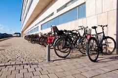 Vélos sur une passerelle Photographie stock libre de droits